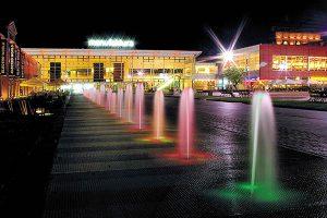 Manufaktura, Łódź-Pologne – Place extérieure fontaine illuminée - Apsys